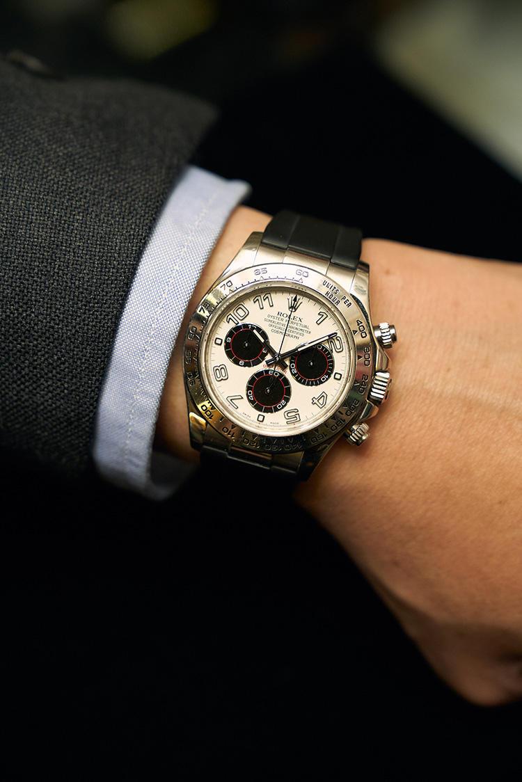 <strong><big>ロレックスの「デイトナ 116519」</big></strong><br />ロレックス好きにとって永遠の憧れといえるのがデイトナ。こちらは2000〜2009年製。「パンダと呼ばれる白黒の文字盤デザインが、ポール・ニューマンモデルに通じる表情を備えた一本です。ドレススタイルからカジュアルまで、幅広く合わせられる時計ですね。デイトナも状態や付属品の有無によって、かなり価格に差があります」1万9000USドル(クィントンさん)