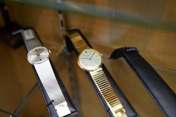 1970年代のパテック フィリップ「カラトラバ」(右)ゴールドブレスレットが装着されているが、こちらはレザーストラップに付け替えることもできる。