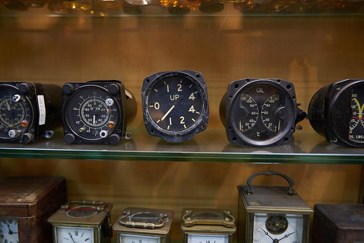 アンティークの計器類も販売されていた。