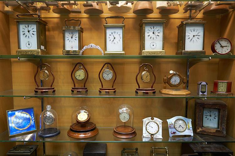 社長の趣味でたくさん買い付けているというエナメルの置き時計。