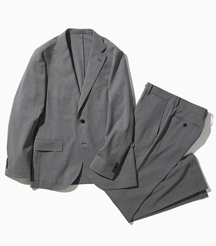 <strong><big>マッキントッシュ フィロソフィー</big></strong><br />ウォッシャブル、伸縮、防シワなど、ビジネスのあらゆるシーンに対応する「トロッター」シリーズの機能スーツが人気のマッキントッシュ フィロソフィー。こちら特殊紡績されたポリエステル糸を使い、シャリッとドライなメッシュ素材ながら透けにくい素材を採用。撥水性も備えられたジャケットとパンツはセットアップで組み合わせられる。ジャケット4万円、パンツ2万円/以上マッキントッシュ フィロソフィー(SANYO SHOKAI カスタマーサポート)