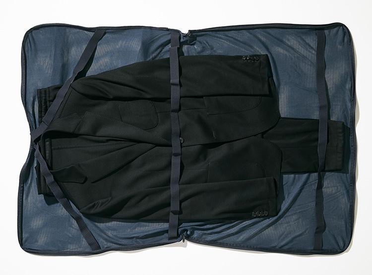 <strong><big>専用の洗濯ネットでジャケット&パンツが一度に洗える</big></strong><br />機内持ち込みスーツケースとほぼ同サイズの大型専用ネットが付属。洗濯するときだけでなく、出張などで持ち運ぶときにも使えそうだ。シワになりにくい素材のため、シワ防止というよりコンパクトにパッキングするのに便利そう。