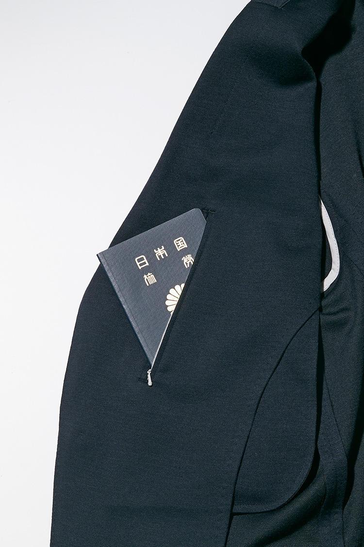 <strong><big>ジップポケットはトラベルラインならでは</big></strong><br />旅先で貴重品を安全に持ち歩けるよう、ラペル裏の両胸ポケットはジップ式になっている。これにより、ジャケットを脱いだときに中のモノを落としたりする心配もなし。