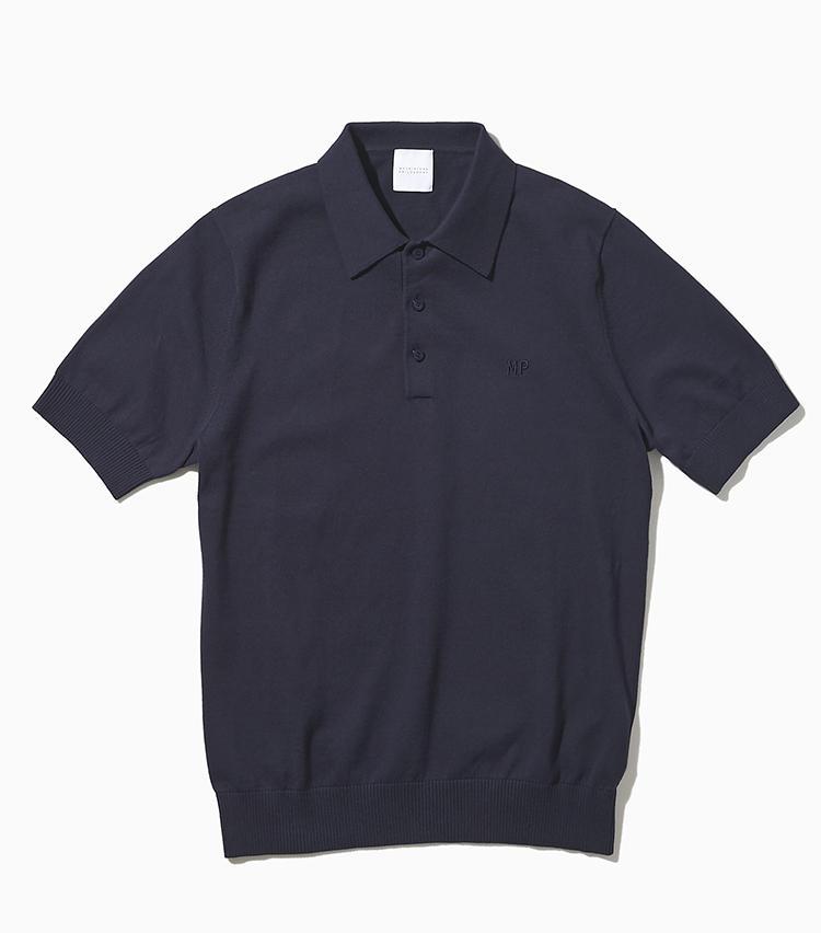 <strong><big>汗をかいても家庭で洗えるニットポロ</big></strong><br />コットン天竺を使ったニットポロシャツは、汗をかいても、家庭洗濯が可能。袖リブが絞られていてほどよく細身のシルエットは、1枚で着たときもスポーティさを抑えてくれる。胸元に同色糸で「MP」の刺繍が入るのもさりげないワンポイント。1万2000円/マッキントッシュ フィロソフィー(SANYO SHOKAI カスタマーサポート)