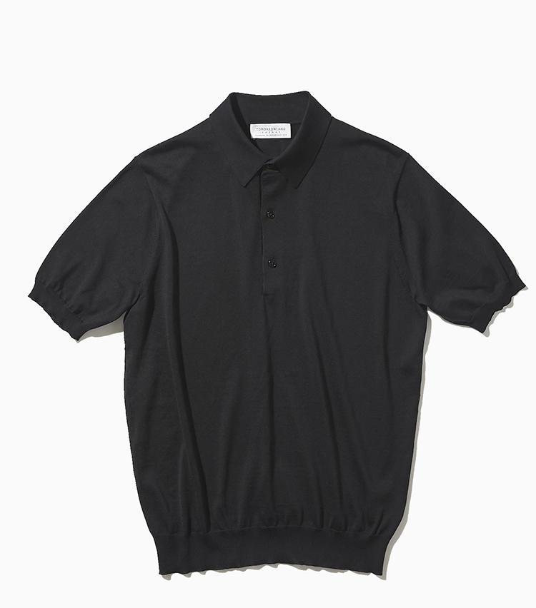 <strong><big>元ニットファクトリーならではの目利きポロ</big></strong><br />人気セレクトショップのオリジナルブランドだが、元々トゥモローランドはニットファクトリー。それゆえニット製品には、並々ならぬこだわりが詰まっている。このポロはイタリア製のシルクコットンを使用。台襟付きで、襟元はシャツのように品格を備える。2万3000円/トゥモローランド トリコ(トゥモローランド)