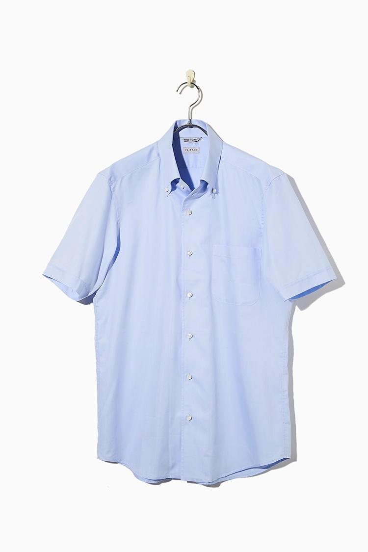 <strong><big>ノータイで着ることが前提の技ありボタンダウン</big></strong><br />素材にはクールマックスを混紡。ワンピースカラーは前立裏地を襟羽根までもってくる高度な技術を要する衿型で、色気ある襟元作りに最適で、タイドアップすることも可能なハイブリッドなシャツなのだ。1万2000円/フェアファクス(フェアファクスコレクティブ)