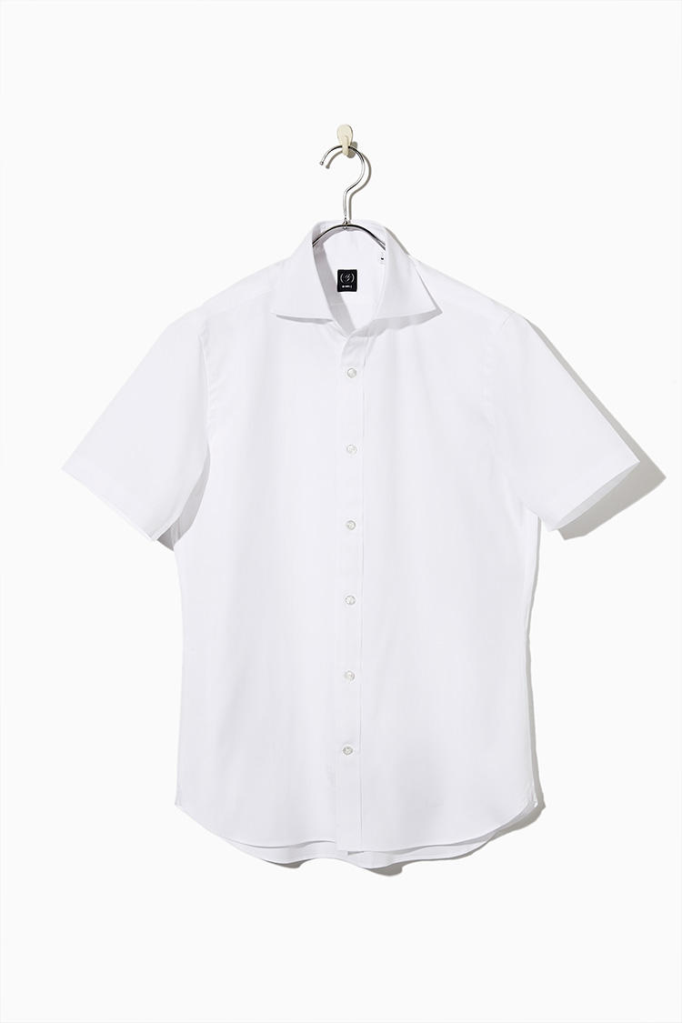 <strong><big>日本人がいかに美しく着るかにこだわった半袖シャツ</big></strong><br />日本人の体型に合わせ、背ダーツ仕様で細身かつスタイリッシュなシルエットを実現。カッタウェイカラーと短めのスリーブ、前立てありポケットなしなど、頑なにビジネス半袖シャツと距離をおいてきたビームスが、満を持して取り組んだディテールの数々に、こだわりが満載。9800円/ビームスF (ビームス 六本木ヒルズ)