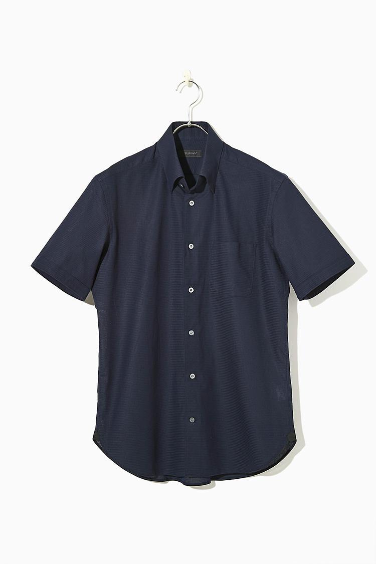 """<strong><big>スナップダウンなら襟羽根が開かずいつでも上品</big></strong><br />襟羽根が開かないスナップダウンのシャツならノータイでも襟元はしっかり。ドビー調のストライプは通気性に優れ、ドライなタッチが心地いい。ダークネイビーなら1枚で着ても透ける心配がなく、""""ワイシャツっぽさ""""がないので、休日にも着回せる。1万3000円/ダーバン(レナウン プレスポート)"""