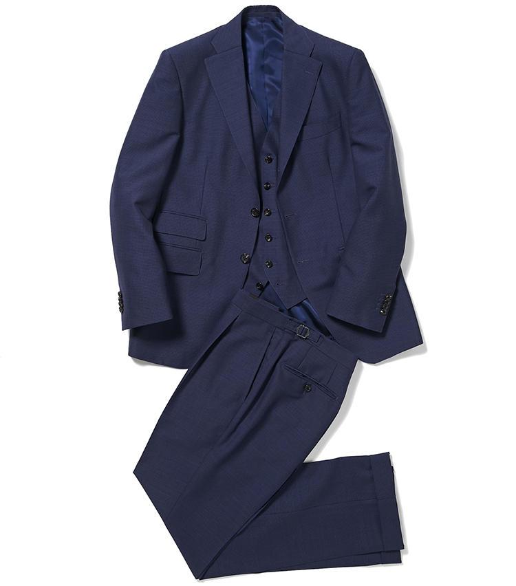 <b>1.麻布テーラーのネイビースリーピース</b><br />オーダー用の服地は約3000種類から選べる。こちらは英国スキャバル社の通気性良好なモヘア混ウールを使用した、ジャケット・ベスト・パンツの三つ揃い。極小の控えめな千鳥格子柄がエレガントな印象だ。13万6500円<オーダー価格>(麻布テーラースクエア二子玉川店)