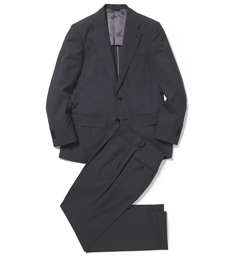 <b>2.麻布テーラーのグレースーツ</b><br />イタリアの三大生地メーカーの一つ、フラテッリ・タリア・ディ・デルフィノ社の軽量生地を使用し、背抜きの軽量仕立てにした夏にいちおしの「ゼログラヴィティ・スーツ」。8万3500円<オーダー価格>(麻布テーラースクエア二子玉川店)