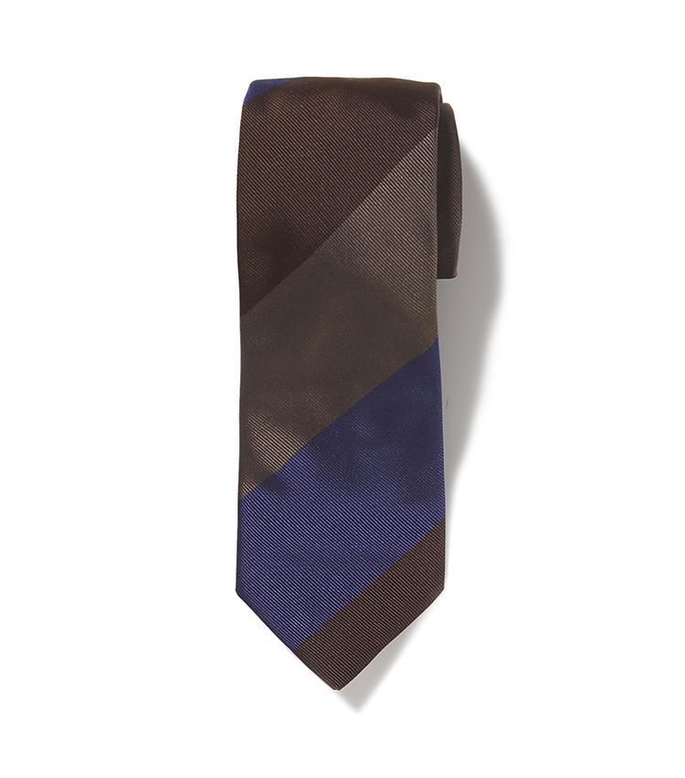 <b>11.麻布テーラーのストライプのネクタイ</b><br />ビジネスの定番色である紺と茶を、大胆なワイドストライプで表現。茶の無地ネクタイ感覚で使えるため、頭を使わずにコーディネートできる。6500円(麻布テーラースクエア二子玉川店)