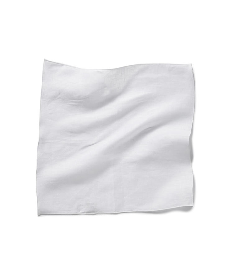 <b>16.麻布テーラーのリネンチーフ</b><br />真っ白なリネン100%のチーフは基本中の基本。麻布テーラーなら色違いの購入も余裕の価格。30×30cm。1500円(麻布テーラースクエア二子玉川店)