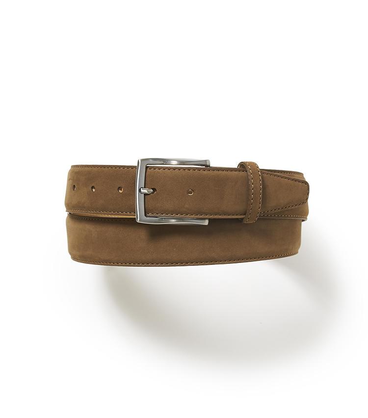 <b>19.麻布テーラーのヌバックベルト </b><br />マットな質感のヌバックベルトは、休日のカジュアル服と好相性。ベルトは少面積だがセンスが如実に表れる小物なので、服に適したものを選びたい。1万2000円(麻布テーラースクエア二子玉川店)