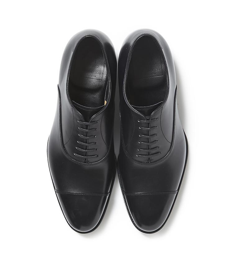 <b>22.トレーディングポストの黒ストレートチップシューズ</b><br />ドイツ・ワインハイマー社の上質なボックスカーフを使用した靴は、オーダーシューズ並の立体的な作りが好評。今年「麻布テーラースクエア二子玉川店」の一角にオープンした、「トレーディングポスト ホワイトレーベル 二子玉川店」で購入可能だ。7万円(麻布テーラースクエア二子玉川店)