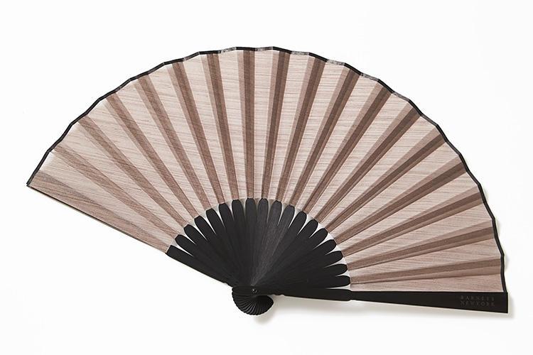 <strong>バーニーズ ニューヨーク</strong><br />バーニーズ ニューヨークのオリジナル扇子。風合い豊かなスラブ糸を使用した、ハリと適度な光沢があるシャンタン素材を使用。透け感のある素材で、涼しげな雰囲気を醸し出す。扇骨は竹製で、バーニーズ ニューヨークのロゴもさりげなく刻印されている。ギフトにも最適な一本だ。1万円 (バーニーズ ニューヨーク カスタマーセンター)