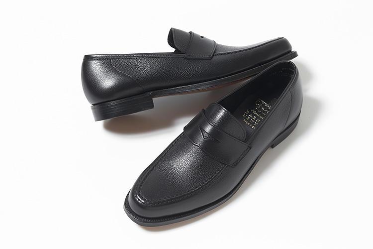 <strong>クロケット&ジョーンズ</strong><br />人気ローファー「SELSEY」のモカ部分を重厚感のあるアドラーモカに変更した、バーニーズ ニューヨークだけのエクスクルーシヴモデル。モカシン靴用の木型「366」を使用したフォルムは、流れるようなノーズと上質なモミ革の素材感がラグジュアリーな雰囲気を醸し出す。スーツからカジュアルスタイルまではける、万能ローファーとして楽しめる。グッドイヤーウェルテッド製法。7万6000円(バーニーズ ニューヨーク カスタマーセンター)