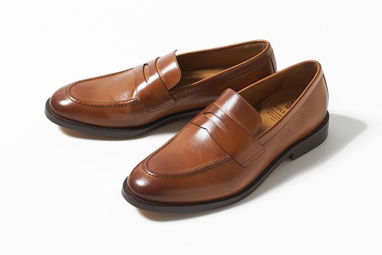 <strong>コール ハーン</strong><br />クラシカルなモノづくりを重視しながらも、機能性やデザイン性の高いドレス靴を展開するブランドとして独自のポジションを築いているコール ハーン。軽量かつエレガントなペニーローファーもその一つ。アッパーに使用されたハイエンドカーフは、ブリティッシュタンの色合いがクラシックな雰囲気に。独自開発のテクノロジー、グランド. OSエナジーフォームを採用し、軽くて柔軟性のある快適な履き心地を味わえる。4万9000円(コール ハーン ジャパン)