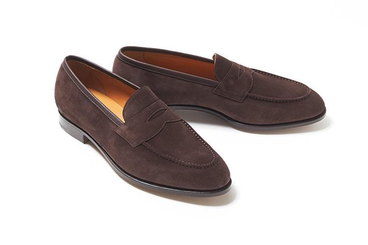<strong>フォスター&サン</strong><br />これまで自社工場を持たず、主にビスポーク靴を手掛けていた英国屈指の靴メーカー。自社のアーカイブのビスポーク靴をもとに、新たに既製靴を開発した。インソールにあしらわれたロゴには、英国靴の聖地であるジャーミンストリートにある店舗の所在番地が刻まれている。土踏まず部分は大きく絞りこまれ、エレガントな見た目と快適なフィッティングを実現している。今年の5月から国内でも常設展開がスタートした。14万(ヴァルカナイズ・ロンドン)