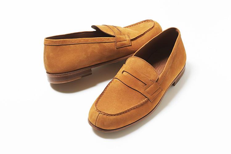 <strong>ジェイエムウエストン</strong><br />ブランドのアイコンモデルで日本でも高い人気を誇るローファー180からインスパイアされた「ル・モック」。従来のモデル「180」に比べ、厚みのある革を使用し、補強材の使用を少なくしながらも形状を保持。素足での履き心地の良さを追求するため、一枚革のインソールを使用しながら、踵部分は高く設定することによってホールド感を高めている。ヌバックレザーの柔らかな風合いも軽快な印象だ。8万5000円(ジェイエムウエストン 青山店)