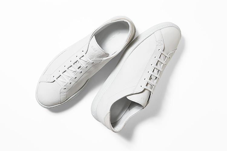 <strong>シーキューピー</strong><br />2013年にストックホルムで創業した靴ブランド。「ラケット」と呼ばれるモデル名は、クラシックなテニスシューズをイメージ。風合い豊かなシボ革の表情が、シンプルなデザインに温かみを添えて、オールホワイトながらマイルドな印象だ。スエードで切り替えたヒールのデザインも程よいアクセントになる。3万9000円(アイネックス)