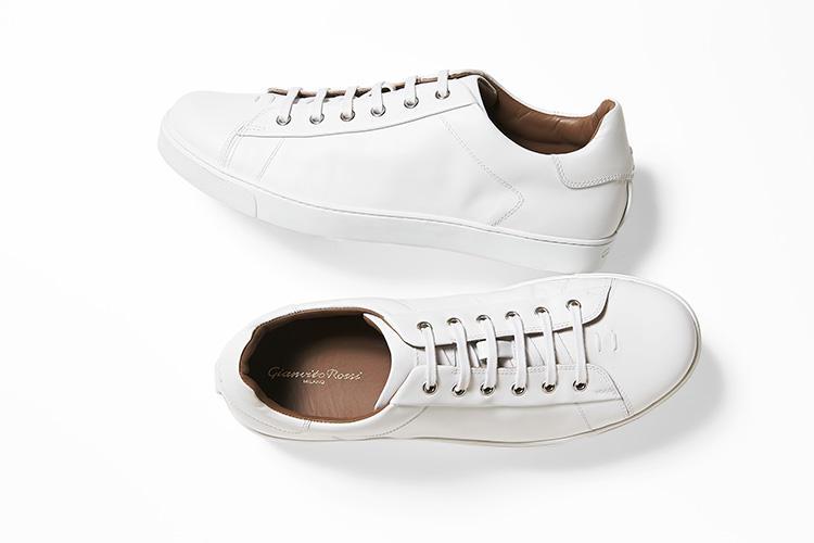 <strong>ジャンヴィト ロッシ</strong><br />イタリアの歴史ある靴職人一家に生まれ、2007年より自身のブランドをスタート。定番モデル「ロウ トップ」は、無駄を削ぎ落としたシンプルなボディに滑らかなカーフスキンを使用したクラシックなフォルムが、スタイルを選ばず幅広い着こなしに馴染む。7万4000円(ジャンヴィト ロッシ ジャパン)