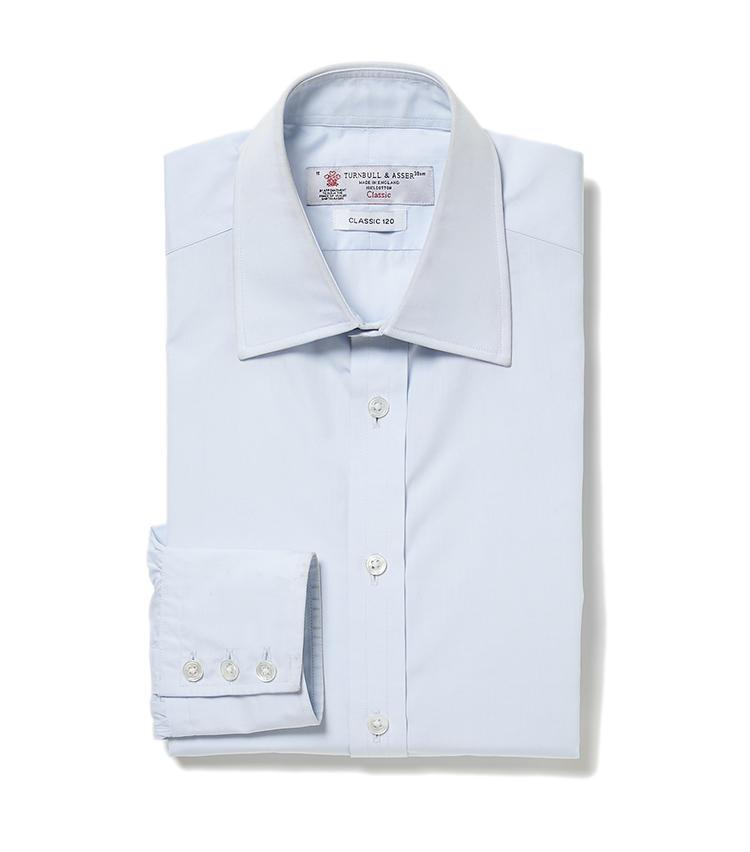 <b>6.ターンブル&アッサーのブルーシャツ</b><br />1885年創業の英国シャツの老舗。襟元から襟先にかけて緩やかなS字ラインを描く襟型「ターンブルカット」は、ノーネクタイでも襟が美しく決まり、ジャケットを重ねても収まりがいい。価格なりの価値あるシャツだ。3万3000円(ヴァルカナイズ・ロンドン)