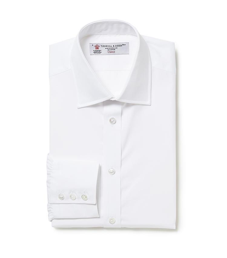 <b>7.ターンブル&アッサーの白シャツ</b><br />6のシャツの色違い。襟元の第1と第2ボタンの間にある生地のたるみは、胸骨の丸みにシャツをフィットさせるための細やかな気配り。また全てのボタンは、パールの養殖に使われる真珠母貝から作られており、遠目でもこちらのシャツとわかるほどの輝きを放つ。3万3000円(ヴァルカナイズ・ロンドン)