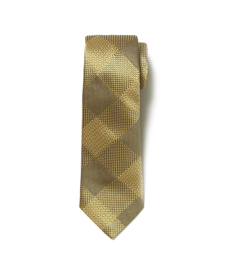 <b>8.ターンブル&アッサーのイエローチェックのネクタイ</b><br />厚手のシルクによる上品な光沢と最高級の肌触りは、顔周りに華やぎをもたらし、着こなし全体をクラスアップしてくれる。チェックを織り地でさりげなく表現したところにも、センスを感じる一本。2万5000円(ヴァルカナイズ・ロンドン)