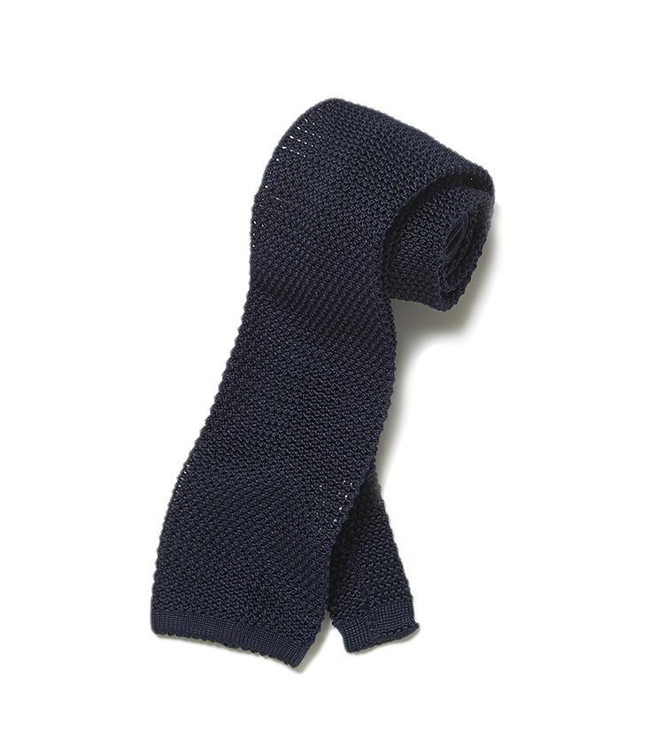 <b>9.ターンブル&アッサーのネイビーニットタイ</b><br />夏場にスーツを着なければならないときも、透け感のあるシルク100%のニットネクタイなら、首周りが蒸れにくく見た目にも涼しげ。1万9000円(ヴァルカナイズ・ロンドン)