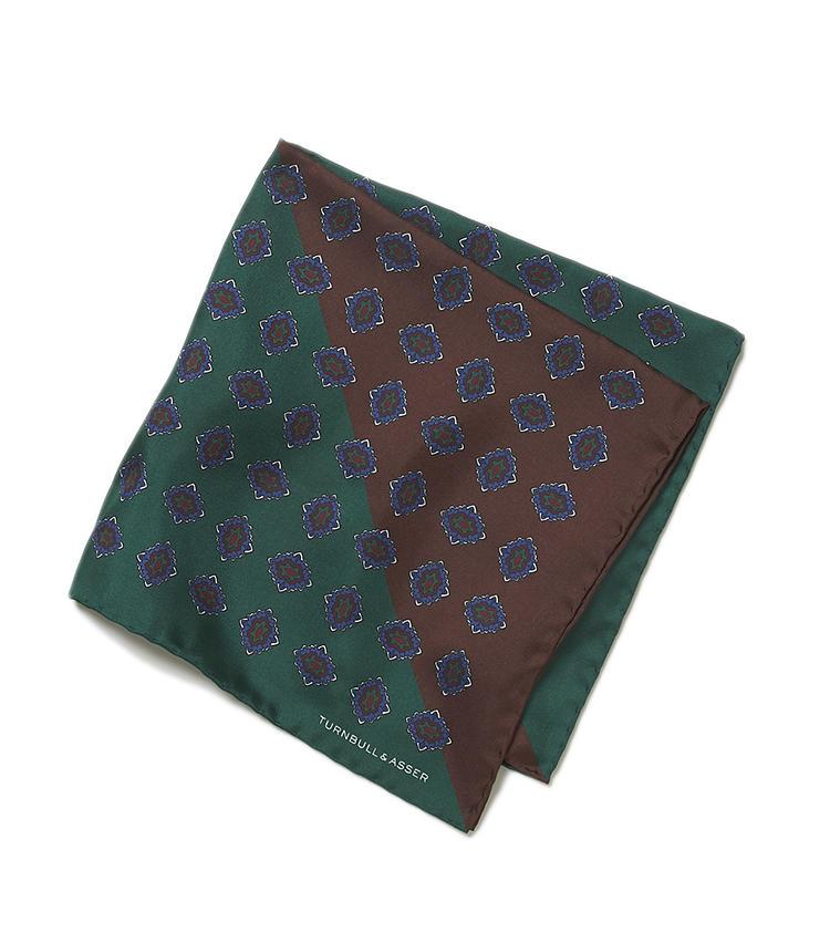 <b>13.ターンブル&アッサーのメダリオンチーフ緑×茶</b><br />12の色違い。ベースカラーが2色にくっきり分かれているため、挿し方によって全く異なる表情を作ることができる。1万4000円(ヴァルカナイズ・ロンドン)