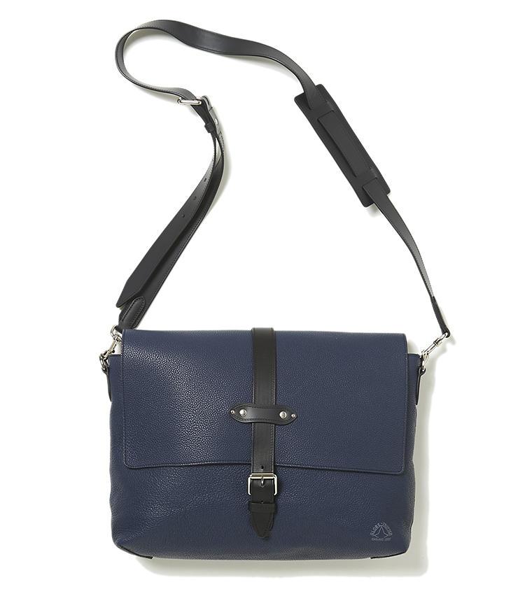 <b>17.グローブ・トロッターの紺メッセンジャーバッグ</b><br />同ブランドで人気のスーツケースを彷彿させるデザインや、タフなブライドルレザー使いが、大人っぽいメッセンジャーバッグ。書類や 15インチまでのPCも入って、頼れる収納力。縦23×横32.5×マチ8cm。15万7000円(ヴァルカナイズ・ロンドン)