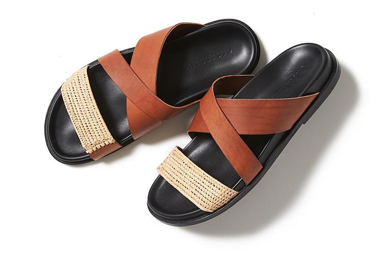 <strong>カサブランカ</strong><br />2019年、春夏からスタートしたばかりの新進気鋭のメンズブランド。モロッコ出身のデザイナーが手掛けるこちらは、ストロー素材のフロントストラップがアクセントになったサンダル。脱き履きが楽に行えるスライドタイプで、足をしっかりとホールドするクロスストラップが安定感のある履き心地を提供する。フィット感の良いフットベッドや、適度に厚みのあるソールもポイント。ちょっとご近所までのワンマイルサンダルとしてもぴったりだ。2万円(伊勢丹 新宿店)