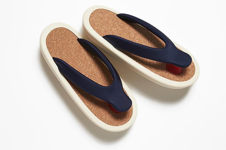 <strong>ジョジョ</strong><br />サンダルの新しいカタチを提案するブランド、ジョジョ。前ツボには特殊ゴム、足裏には独自開発のコルクなど、厳選した素材を使用している。花緒には水着などに使用される摩擦に強く伸縮性に優れた素材を使用し、足当たりのよさと、長時間履いても疲れないフィット感を実現。ゴム底は、強度や耐摩耗性に優れたSBR、芯には反発性が強くへたりにくいEVAを使用。弾力性があり、硬いアスファルトでも足に負担をかけにくい。日本製。2万5000円(伊勢丹 新宿店)