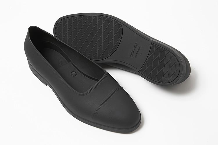 <strong>ジョン ロブ</strong><br />人気のラスト『7000』と『8695』をはじめ、ジョンロブの様々なラストに合うように開発され、靴の上から着用することができる雨除けのオーバーシューズ。デリケートなアウトソールやアッパーを雨などから守る耐水性に優れたラバー製だ。ストレートチップを模した意匠と伝統的なラスプデザインのソールが魅力。オーバーシューズ1万7000円、中に入れた靴17万5000円(伊勢丹新宿店)