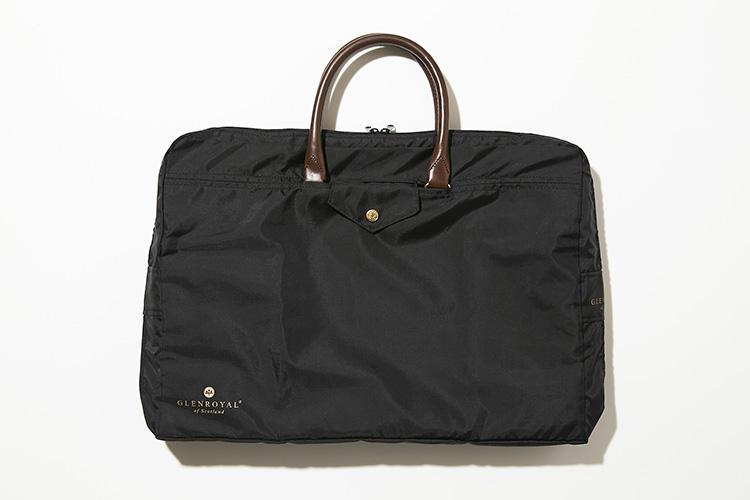 <strong>グレンロイヤル</strong><br />ブライドルレザーのブリーフを、ジャストサイズのシックな黒色カバーが守ってくれる。