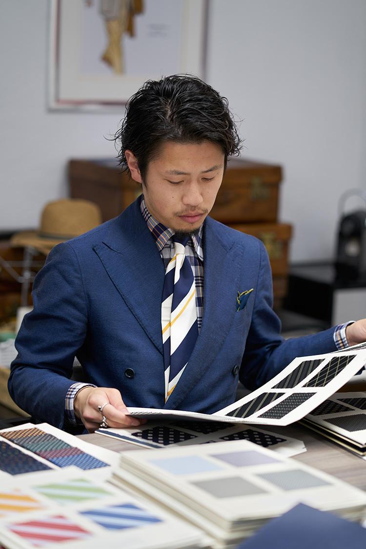 マドラスチェックのシャツは単体だと派手な印象にも見えるが、タイドアップしてネイビートーンでまとめると、かっちりした印象に見せることもできる。