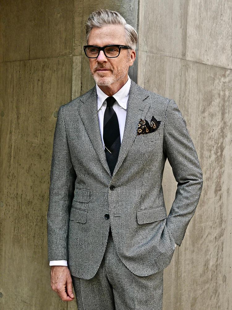 <strong>1.今欲しいのは白黒のグレンチェック</strong><br />今季の注目柄であるグレンチェック柄のスーツ。ネクタイとチーフは黒系でスーツに馴染ませているが、ともに無地ではなくさりげなく柄入りであるところが洒落ている。