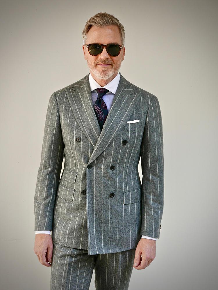 <strong>5.膨張色は濃色ネクタイで引き締める</strong><br />ライトグレーのストライプスーツは、やわらかい印象が魅力。ただ、淡色なだけに恰幅よくみえることも。その点、濃紺のネクタイで引き締め、メリハリをつけたMr.Davidはさすが。シャツの白襟&白袖、チーフの白も爽やかな印象に貢献。