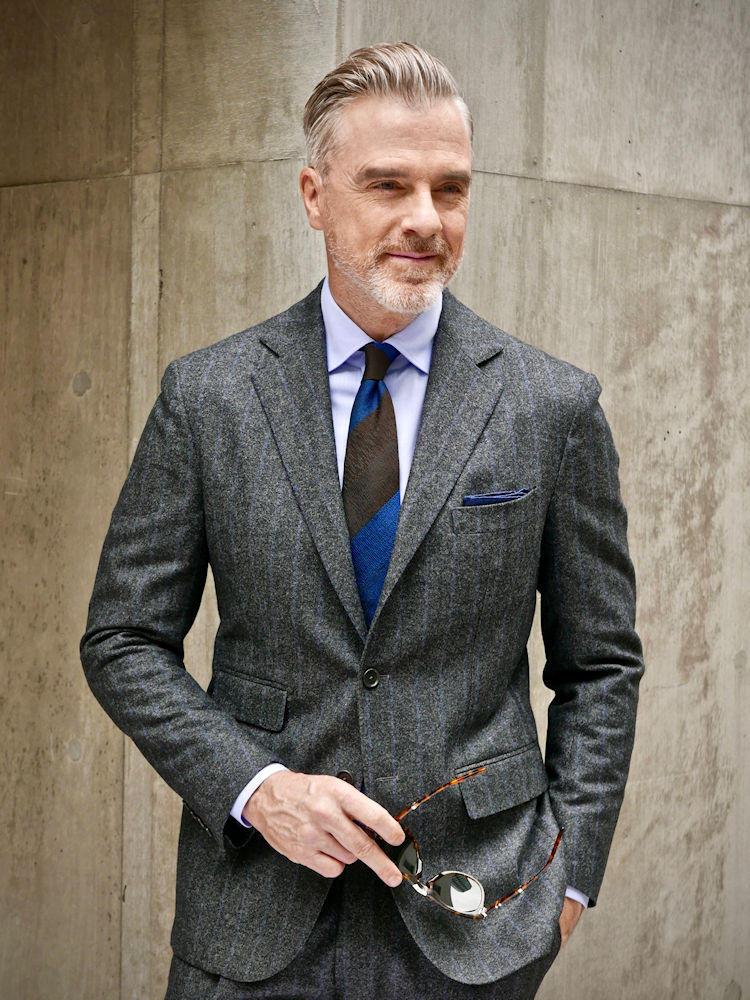 <strong>2.実は好相性なグレー×ブルー</strong><br />チョークストライプのグレースーツに、ネクタイやシャツ、チーフで青を利かせたコーディネート。無彩色のグレーはどんな色とも相性が良いが、ビジネスの定番色である青となら好感度の高い配色になる。