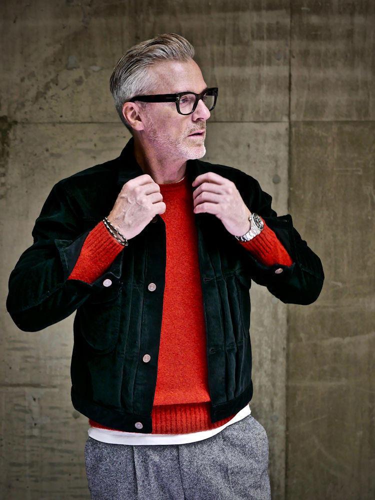 <strong>6.暖色系のニットは女性の好感度高し</strong><br />黒のジャケット×グレーウールパンツを、鮮やかな赤いシェットランドニットで外したコーディネートは、思わず触れたくなるような風合いや明るい色が女性受け確実。デニムジャケットを思わせるベルベットジャケットも、休日らしいリラックスムードに貢献。
