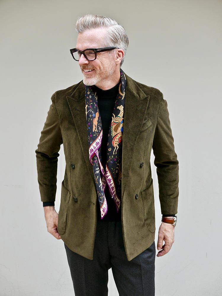 <strong>2.トレンドのコーデュロイ素材を先取り</strong><br />コーデュロイは今年の注目素材。ほっこりしがちな素材だが、ピークドラペルでエッジを利かせた今どきのジャケットなら、老け見えせずスタイリッシュに着こなせる。インナーは黒のハイネックニットでシンプルに。スカーフを巻くとより上級者風だが、なくてもしっかり今どき感は出せる。