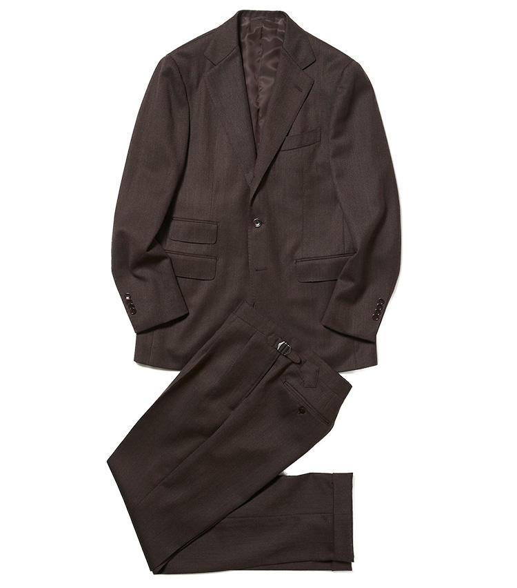 <b>2.ビームスFのブラウンスーツ</b><br />今季らしいチェンジポケット付きの英国調スーツを、イタリアのトレッロ ヴィエラ社のキャバルリーツイル生地で仕立てた一着。暗めのダークブラウンが落ち着いた印象で、ビジネスシーンでも着回しやすい。9万2000円(ビームス 六本木ヒルズ)※パンツのみ使用