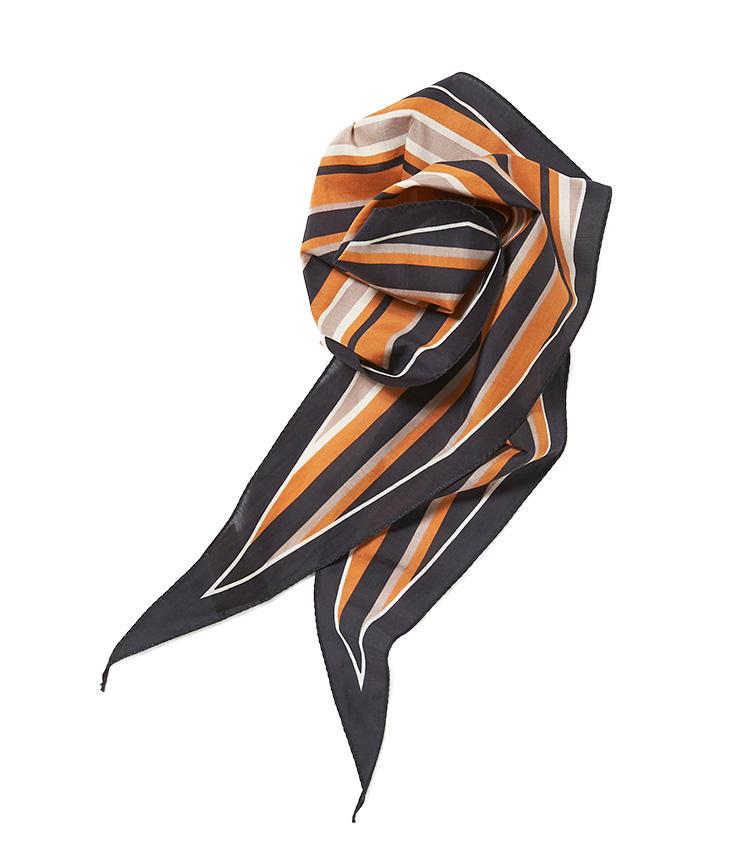 <b>10.アルテアのスカーフ</b><br />無造作に結んでも格好よく決まる、菱形の細長いスカーフ。ボリュームが出すぎないので、首元もすっきり見えておすすめだ。全長111cm。8800円(ビームス 六本木ヒルズ)