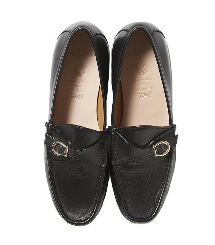 <b>19.ポルペッタのローファー</b><br />日本の注目シューズブランドに、アメリカンクラシックなストラップモカシンをイメージしたローファーを別注。カッチリしすぎていないレトロモダンな靴は、休日靴にうってつけ。3万6000円(ビームス 六本木ヒルズ)