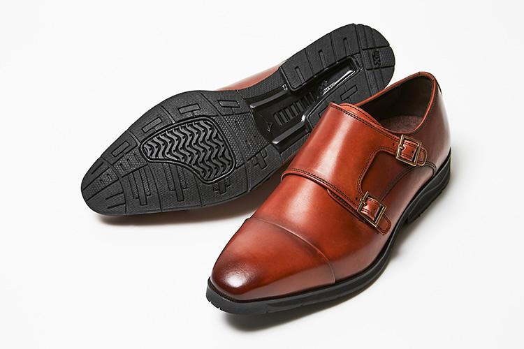 <strong>マドラス</strong><br />職人が染め上げるパティーヌ仕上げを施したレザーの表情が魅力のダブルモンクストラップ。インソール先端部には、スポーツウェアでも使用されている吸湿速乾、消臭抗菌性に優れた素材を使用し、靴内部が清潔に保たれる。着地時の衝撃を吸収するクッション性と体のぐらつきを抑えるミズノウェーブを使用。さらに、通常のラバーと比べて耐摩耗性が向上したリフトX10を搭載することで、快適な歩行をサポートしてくれる。2万3000円(マドラスウォークミズノセレクト)