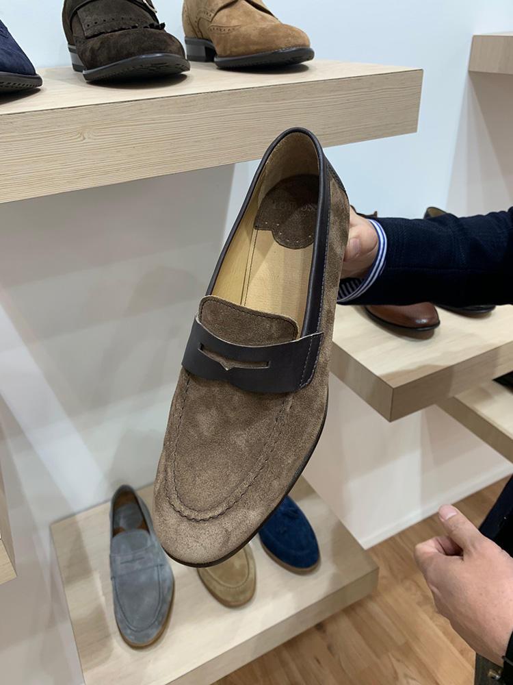 <strong>LOTTUSSE</strong><br />スペイン靴の老舗、ロトゥセのスエードローファーも、かっちりした見た目ながら……