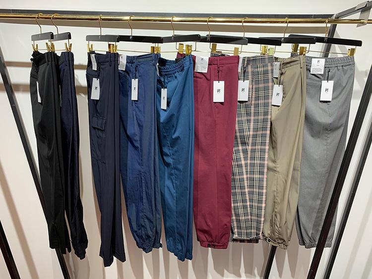 <strong>PT TRINO</strong><br />PT01は、今季からブランド名を「PT TRINO」と改め新たなラインナップに。クラシックパンツと並んで、ウエストゴム、裾リブ仕様のパンツも多数。