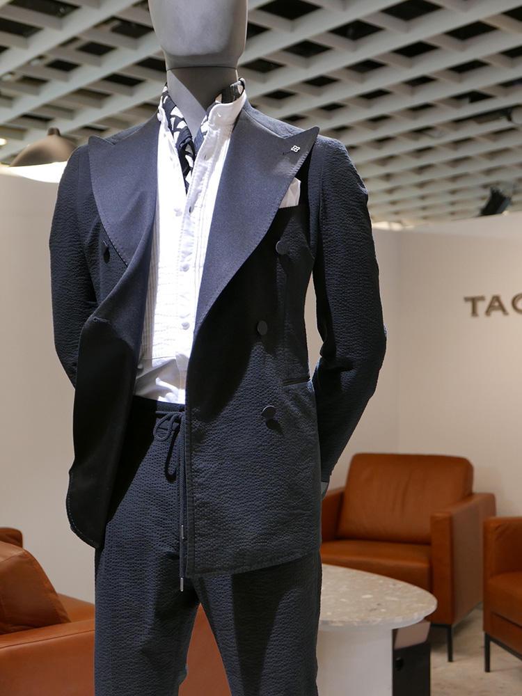 <strong>TAGLIATORE</strong><br />黒ジャケの素材は実はシアサッカー、パンツも実はドローコードのウエストゴム。