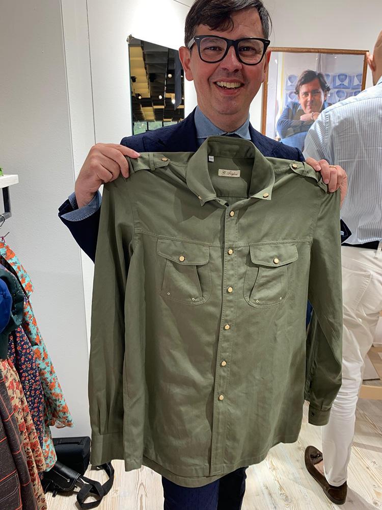 <strong>G.INGLESE</strong><br />エポレット付きのデザイン性の高いポケットシャツはアウター的に羽織っても◎。