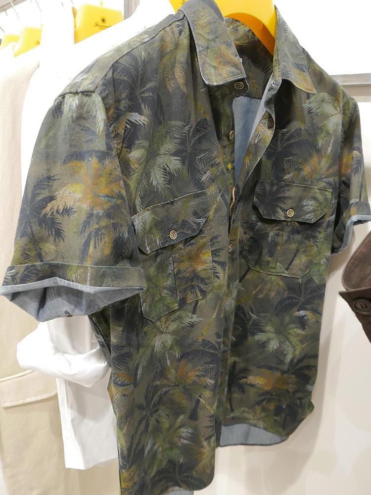 <strong>GIANNETTO</strong><br />プリント柄のポケットシャツ。Tシャツの上に羽織るなら、少しオーバーサイズなものが◎。